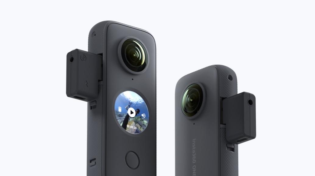 Kamera sportowa z przymocowanym adapterem mikrofonowym.
