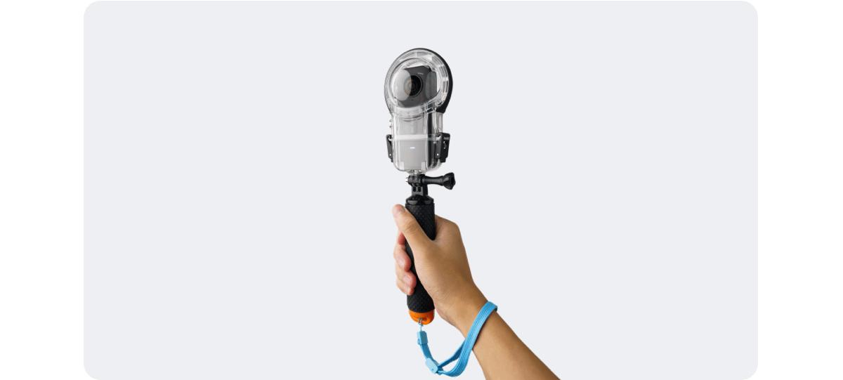 Kamera sportowa umieszczona na uchwycie