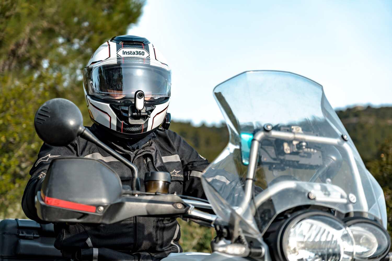 Mocowanie kamery na kasku motocyklowym.