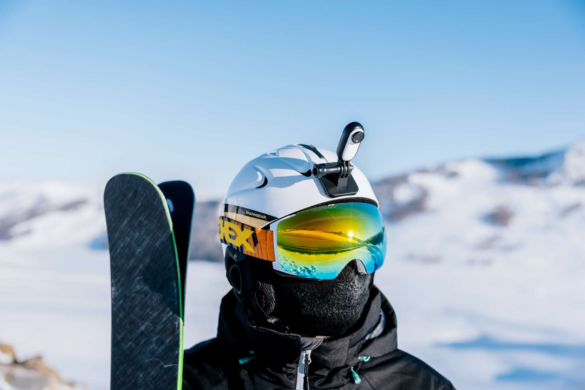 Mocowanie kamery na kasku narciarskim.