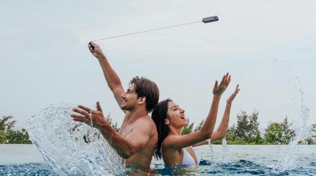Ludzie w basenie z kamerą sportową