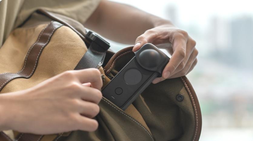 Kamera sportowa wyciągana z torby.
