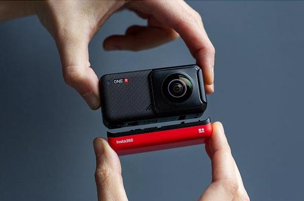 Kamera sportowa trzymana w dłoniach.