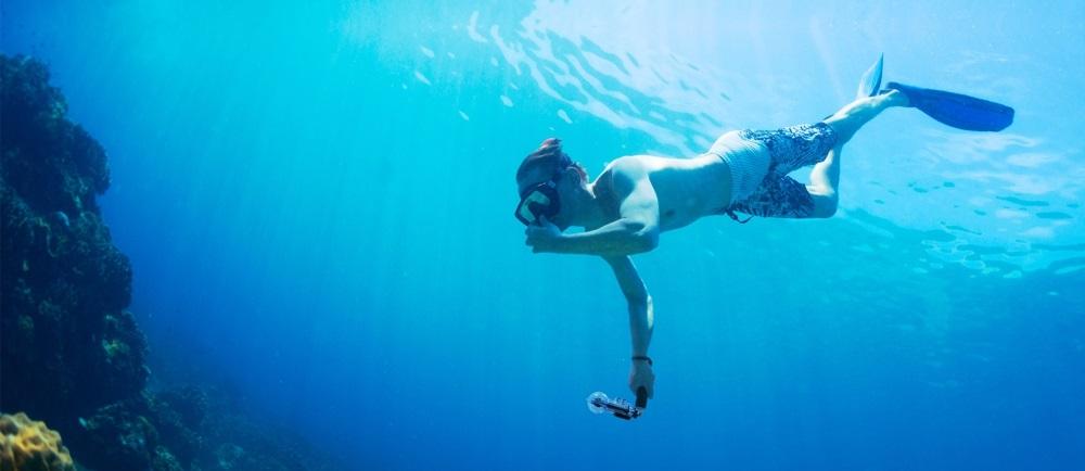 Nurek z kamerą pod wodą