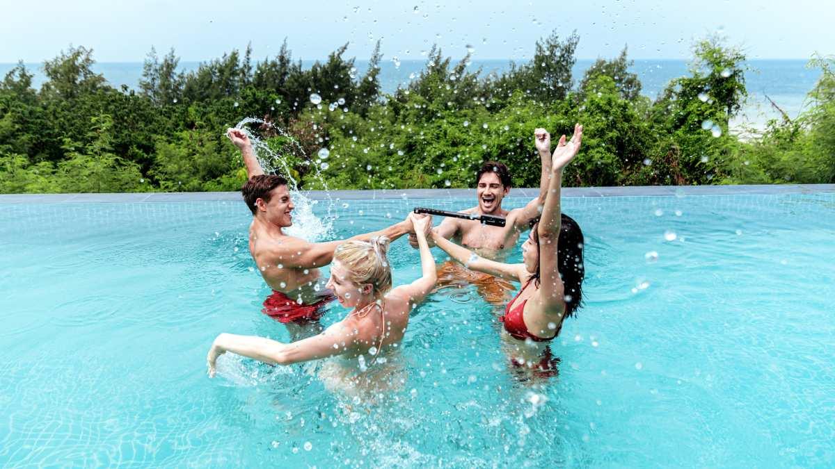 Ludzie w basenie z kamerą.